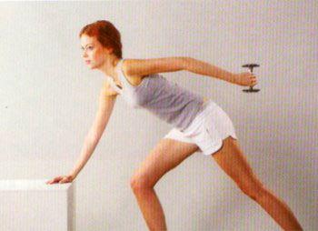 6 Dumble ile arkaya çekiş:  Gövde ve kol, omuzdan yere paralel olacak şekilde durun, kolunuzu dirsekten yukarı kaldırın. 2x 10-12 tekrar yapın.  Çalıştırdığı bölge: Arka kol.